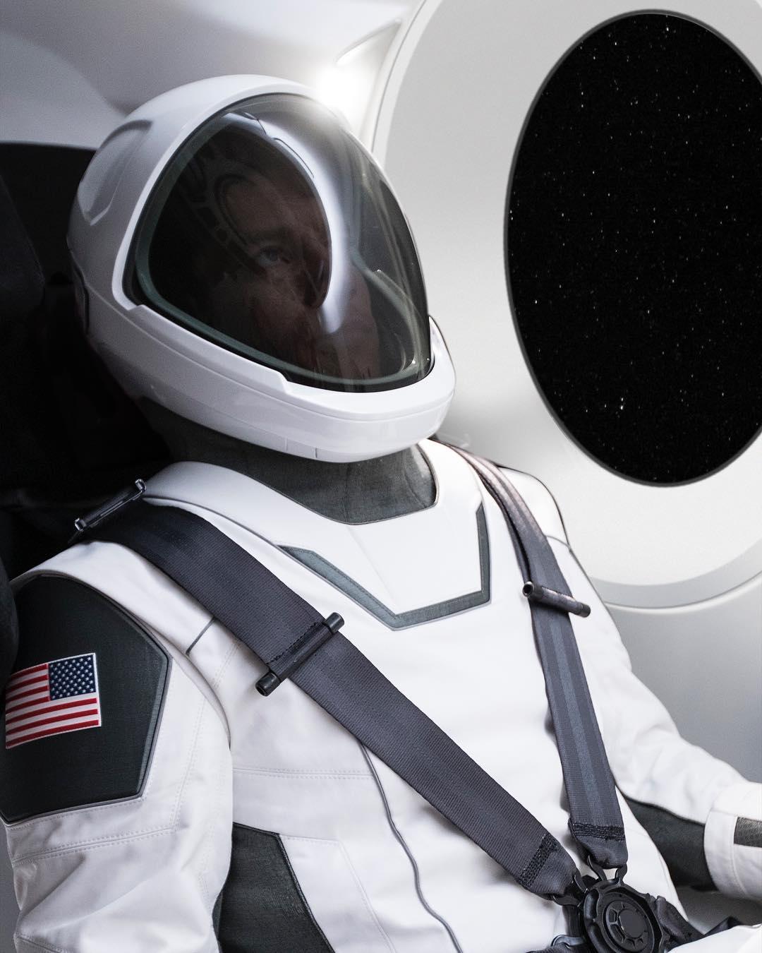 Илон Маск опубликовал первое фото скафандра SpaceX