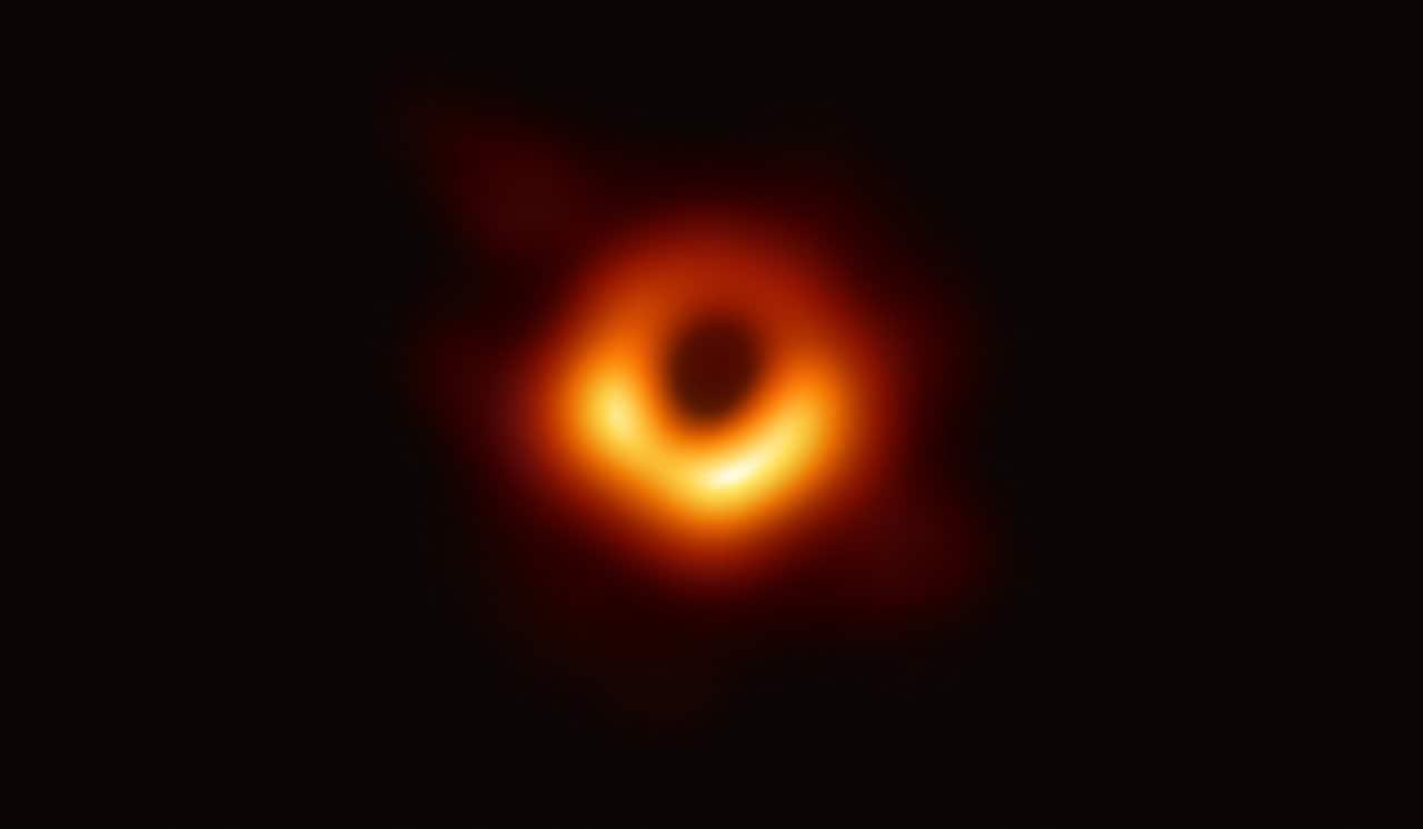 Первая в истории реальная фотография черной дыры